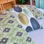 Подушки в спальне с видом на море