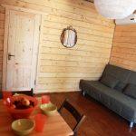 Гостиная коттеджа и дверь в спальню