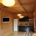 Кухня в коттедже с необходимым оборудованием