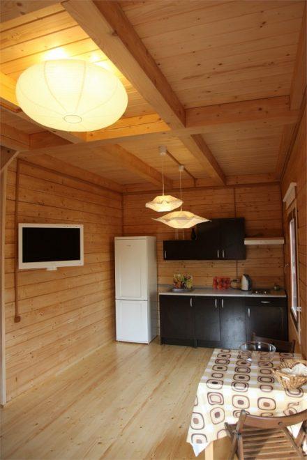 Фото первого этажа коттеджа - гостиная и кухня