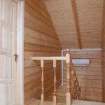 Вид со второго этажа - деревянная лестница