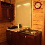 Кухня в коттедже из натурального дерева